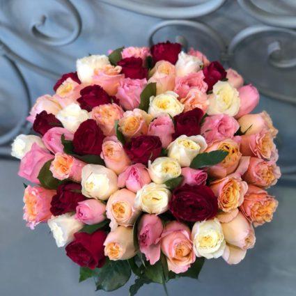 Красивый Букет из 59 персиковых, белых, розовых и красных роз