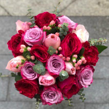 Букет из 19 роз с добавлением зелени