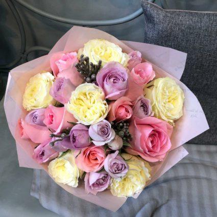 Букет из 17 ароматных роз с веточками брунии
