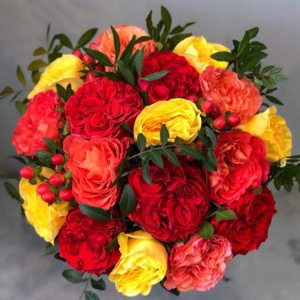 17 роз с ягодами и зеленью