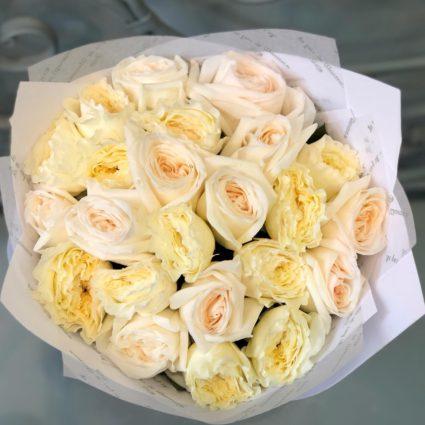 Элегантность и Чистота, это букет из 23 бело-кремовых ароматных роз.