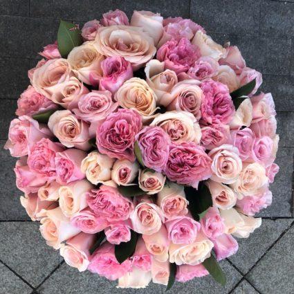 Шикарный букет 77 садовых роз розовых оттенков.