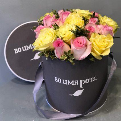 Яркая композиция из 21 розы в фирменной шляпной коробке