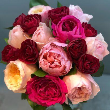Возьмите с собой на свидание ароматный букет из 13 садовых роз.