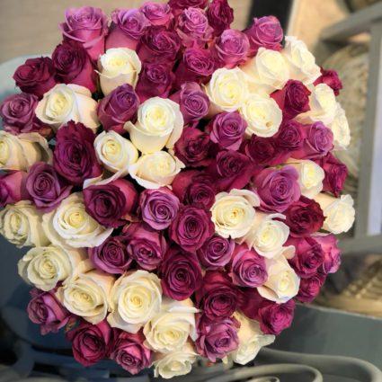 Эффектный яркий бело-фиолетовый букет из 77 роз