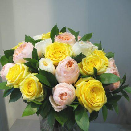 Душевный и солнечный букет из 27 роз