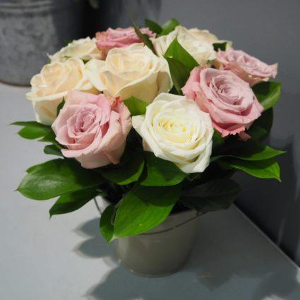 Нежная светлая композиция из 11 роз в ведерке