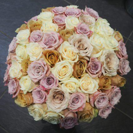 Пепельные оттенки этих роз из Эквадора не оставят никого равнодушным. 65 роз