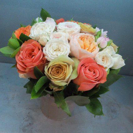 Композиция в теплых тонах  из 13 садовых роз в металлическом ведерке