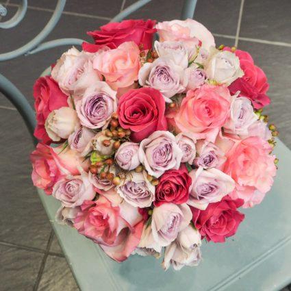 Нежный букет из 19 классических и кустовых роз.