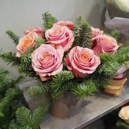 Композиция в ведерке из 11 роз с ароматным нобилисом