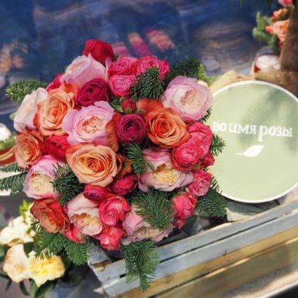 Букет из 25 роз с добавлением декора