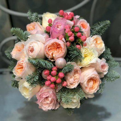Букет из 17 роз с еловыми веточками и декор