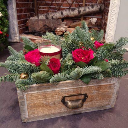 Композиция из роз с ароматной свечой и нобилисом