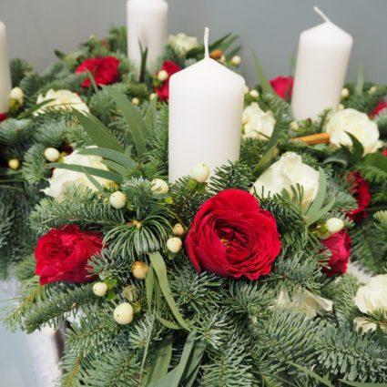 Композиция из 11 роз и нобилиса со свечами