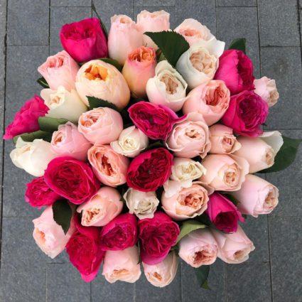Яркий букет из 41 пионовидной розы