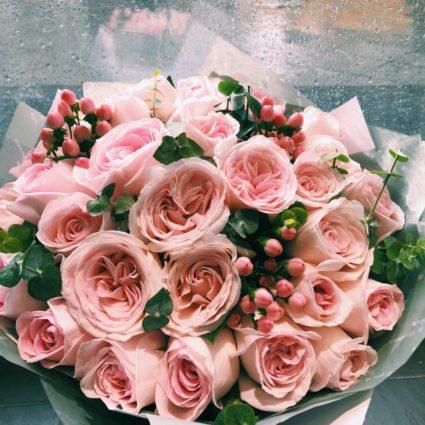 Букет из 25 роз с добавлением зелени