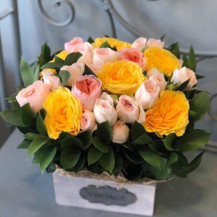 Солнечная композиция из 15 садовых роз в деревянном кашпо