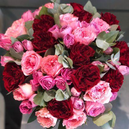 Лаконичный букет из 35 роз с зеленью эвкалипта