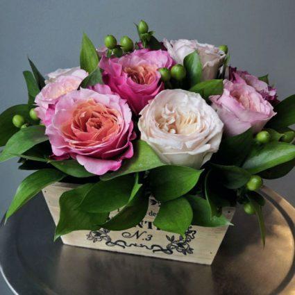 13 садовых и пионовидных роз в деревянном кашпо