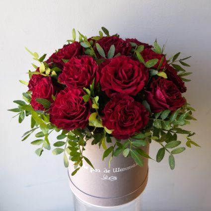 19  Классическая красно-бордовая роза в шляпной коробке
